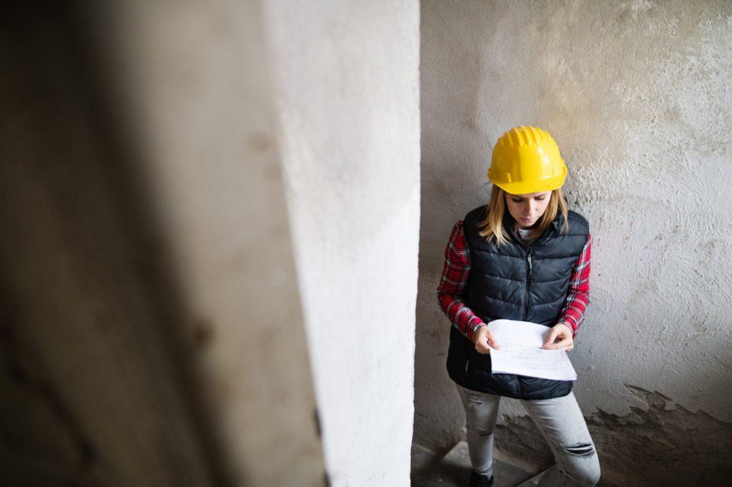 Kobieta pracująca jako rzeczoznawca budowlany