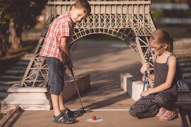 gra na polu do mini-golfa